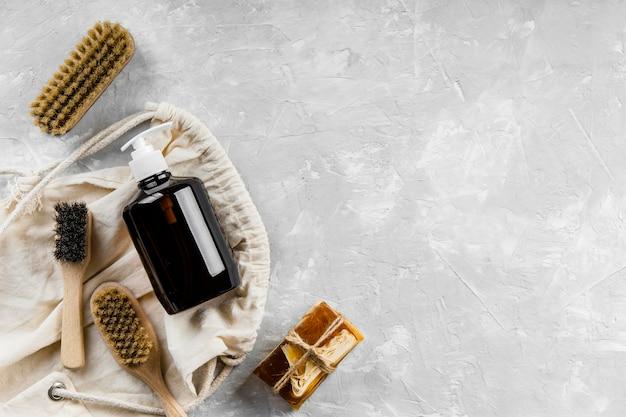 Plat leggen van milieuvriendelijke schoonmaakproducten met verschillende borstels en kopieerruimte