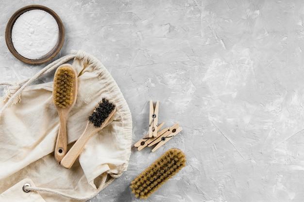 Plat leggen van milieuvriendelijke schoonmaakproducten met zuiveringszout en borstels