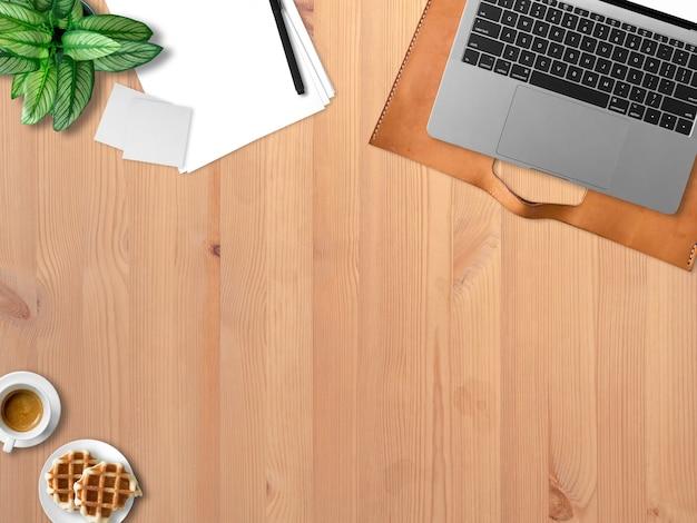 Plat leggen van moderne laptop werkruimte kantoor van freelance met een koffiekopje