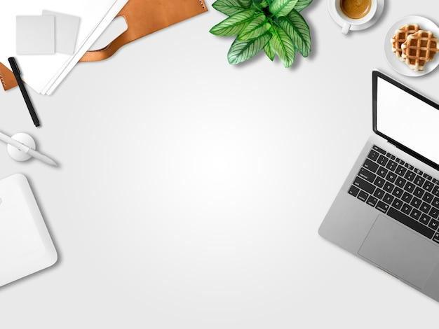 Plat leggen van moderne laptop werkruimte kantoor van freelance met koffie wafels en document papers.
