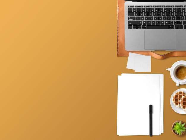 Plat leggen van moderne laptop werkruimte kantoor van freelance met koffiekopje wafels