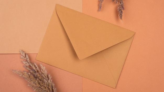 Plat leggen van monochromatisch gedroogde lavendel en envelop
