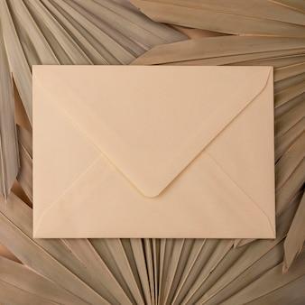 Plat leggen van monochromatische papiervormen met envelop