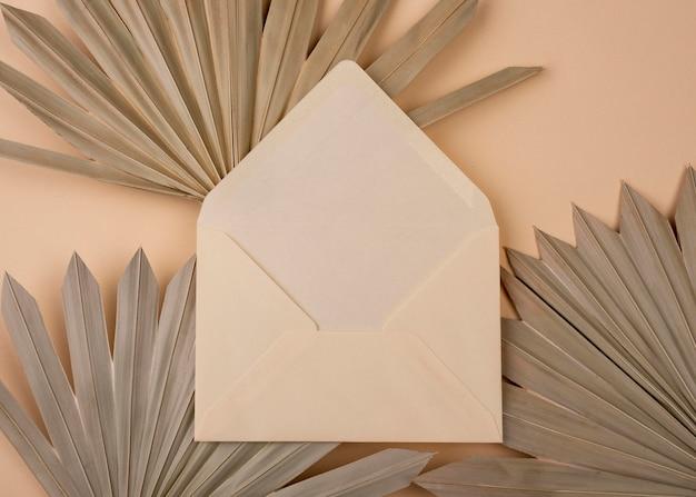 Plat leggen van monochromatische papiervormen met open envelop