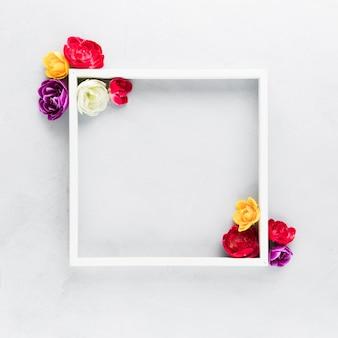 Plat leggen van mooie bloemen concept met kopie ruimte