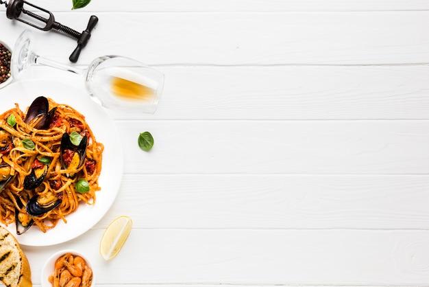 Plat leggen van mosselen pasta en wijnglas met copyspace
