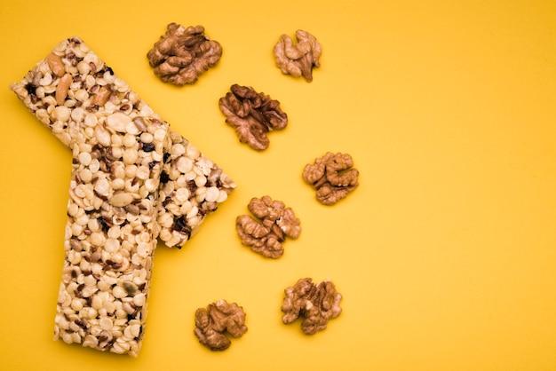 Plat leggen van mueslirepen met noten