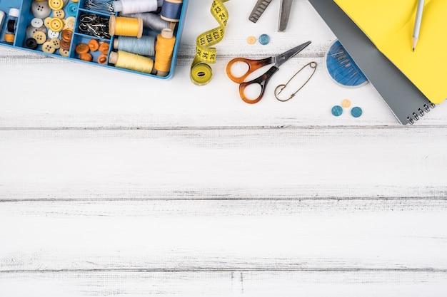 Plat leggen van naaibenodigdheden met kopie ruimte