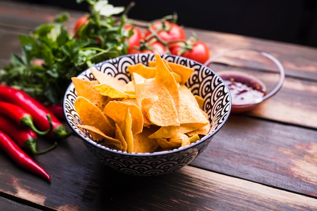 Plat leggen van nachos, groenten en ketchup