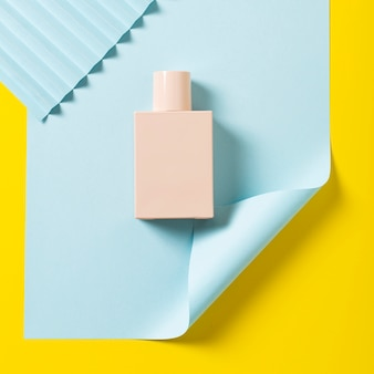 Plat leggen van nagellak op gele achtergrond