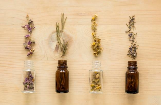 Plat leggen van natuurlijke geneeskrachtige kruiden in flessen