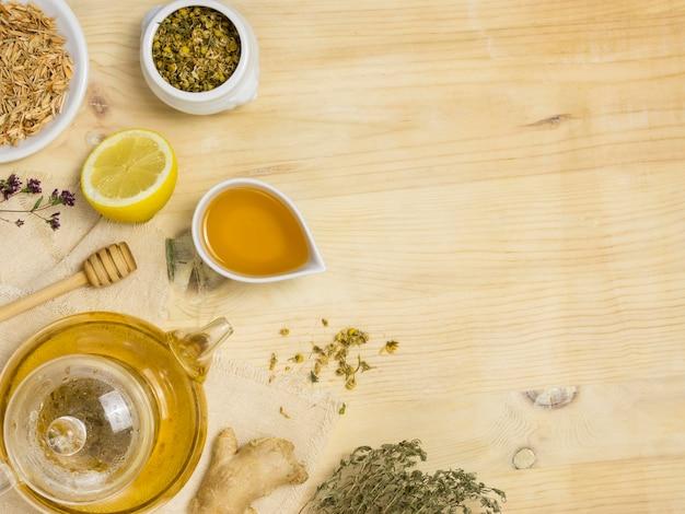 Plat leggen van natuurlijke medicinale kruiden en specerijen met kopie ruimte