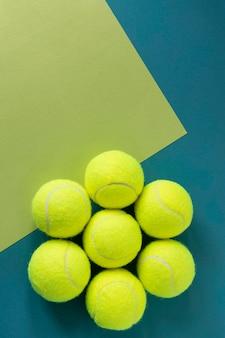 Plat leggen van nieuwe tennisballen met kopie ruimte