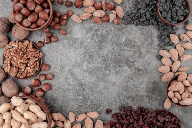 Plat leggen van noten met kopie ruimte