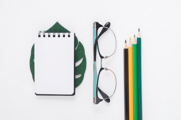 Plat leggen van notitieblok en potloden
