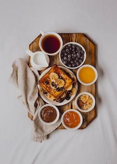 Plat leggen van ontbijt toast met banaan en bosbessen