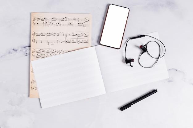 Plat leggen van open boek voor muzieknota's