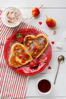 Plat leggen van pannenkoeken met aardbeienjam