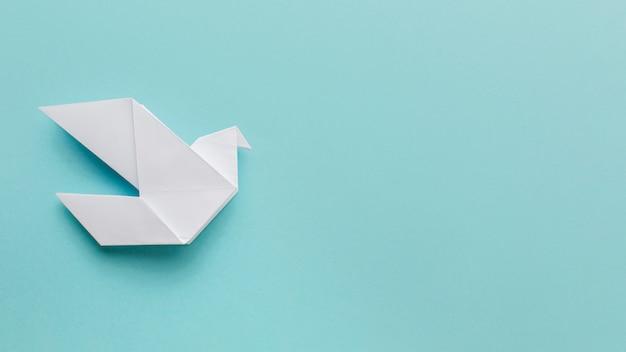 Plat leggen van papier duif met kopie ruimte
