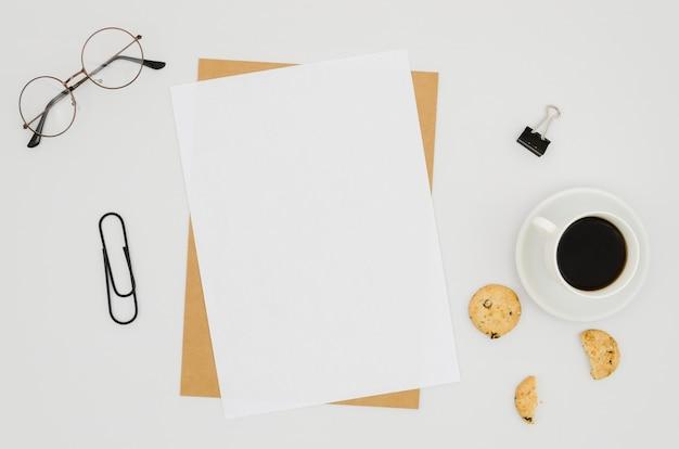 Plat leggen van papier mockup op de werkruimte