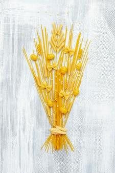 Plat leggen van pasta boeket op houten achtergrond