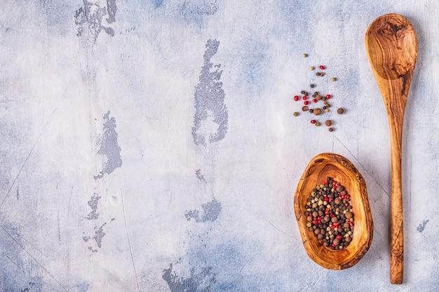 Plat leggen van peper in houten kom en lepel