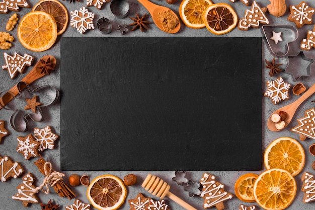 Plat leggen van peperkoek en gedroogde citrus frame