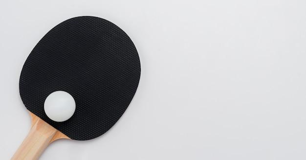 Plat leggen van pingpongpeddel met kopie ruimte en bal