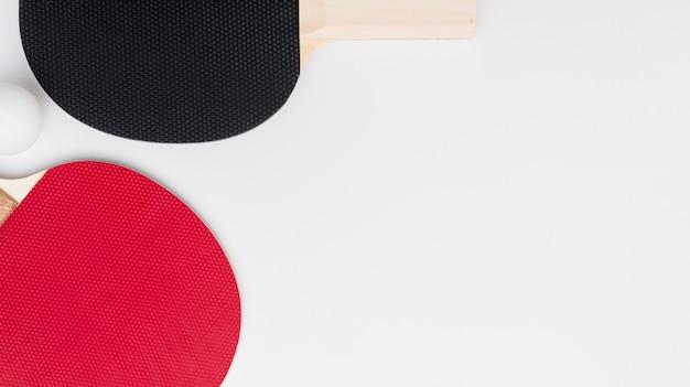 Plat leggen van pingpongpeddels met kopie ruimte en bal