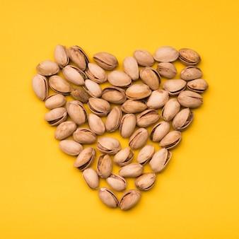 Plat leggen van pistache in hartvorm