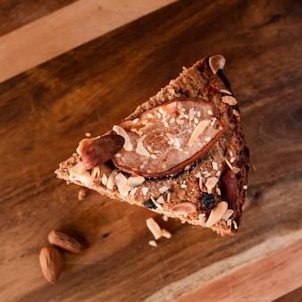 Plat leggen van plakje cake met noten