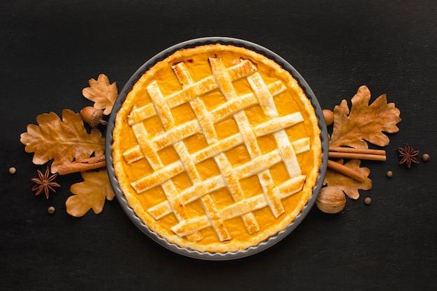 Plat leggen van pompoentaart voor thanksgiving
