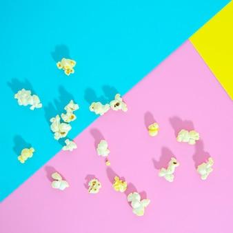 Plat leggen van popcorn op kleurrijke achtergrond