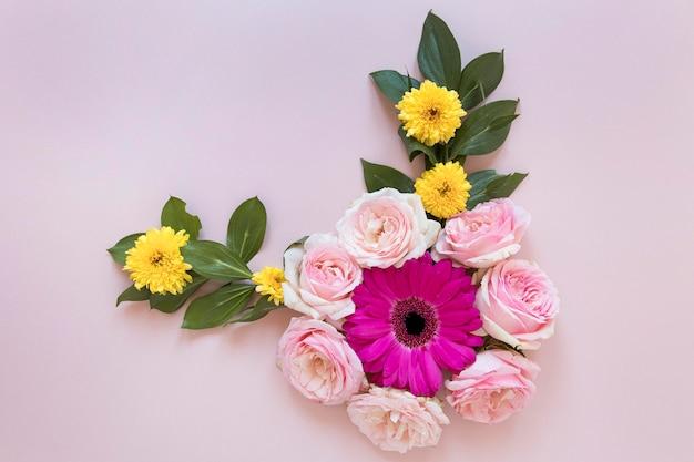 Plat leggen van prachtige bloemensamenstelling