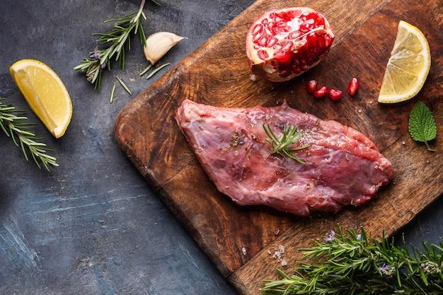 Plat leggen van rauw vlees concept