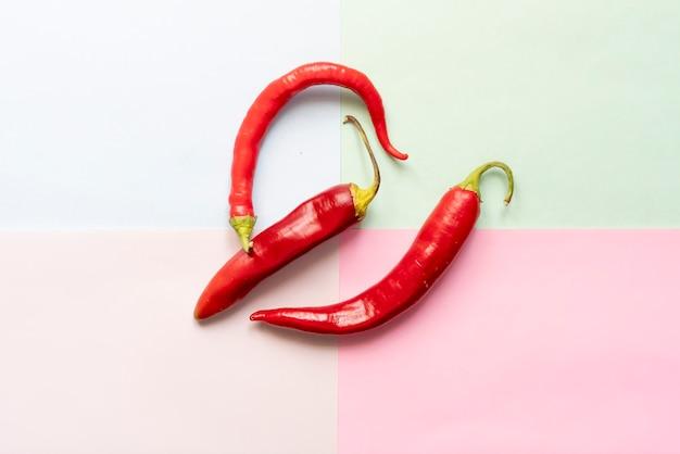 Plat leggen van red hot chili peper op zachte kleur achtergrond oppervlak f