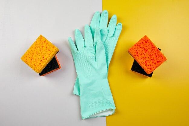Plat leggen van reinigingsset voor afwassen, wasmiddel serviceconcept, bovenaanzicht.