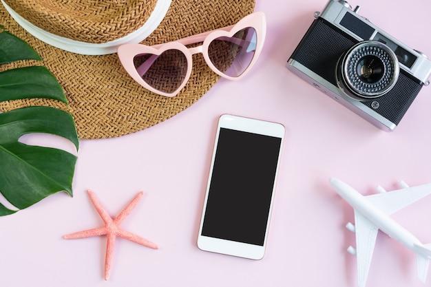 Plat leggen van reisartikelen en mobiele telefoon