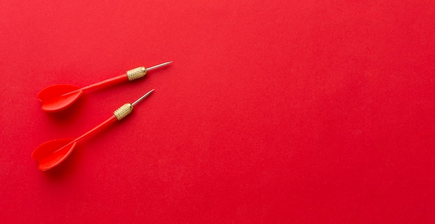 Plat leggen van rode darts met kopie ruimte