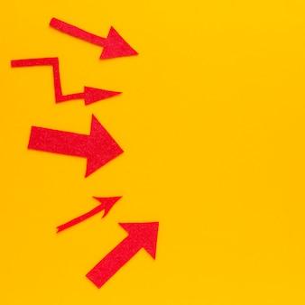 Plat leggen van rode pijlen met kopie ruimte