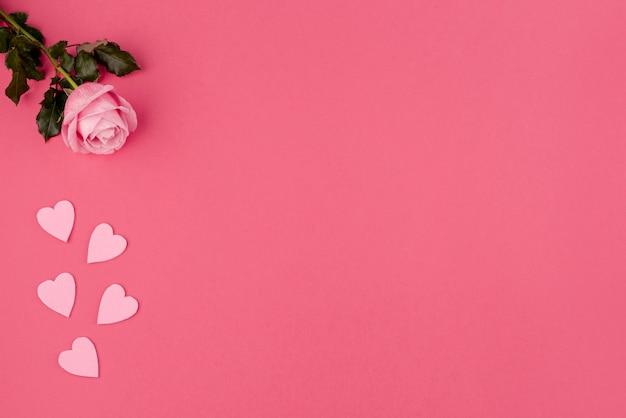 Plat leggen van roos en harten met kopie ruimte