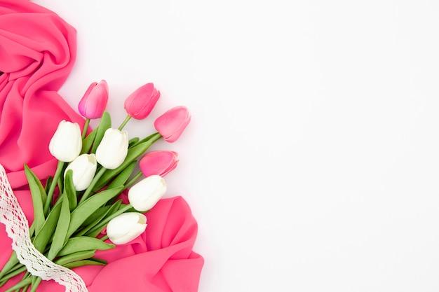 Plat leggen van roze en witte tulpen
