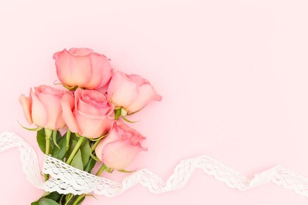 Plat leggen van roze rozen met kopie ruimte