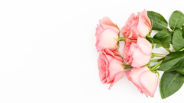 Plat leggen van roze rozenboeket