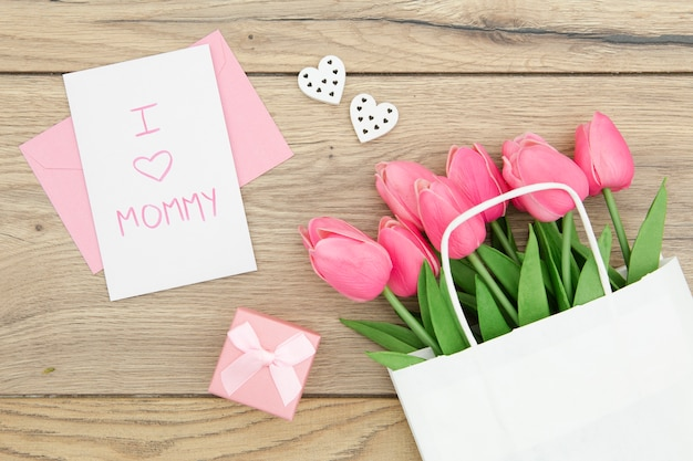 Plat leggen van roze tulpen in tas