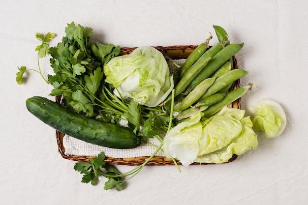 Plat leggen van salade en assortiment van groenten in de mand