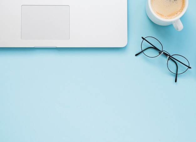 Plat leggen van schoon bureau met blauwe achtergrond