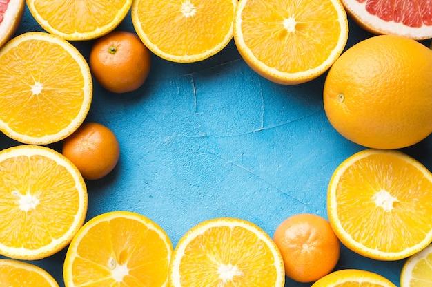 Plat leggen van sinaasappelen met kopie ruimte
