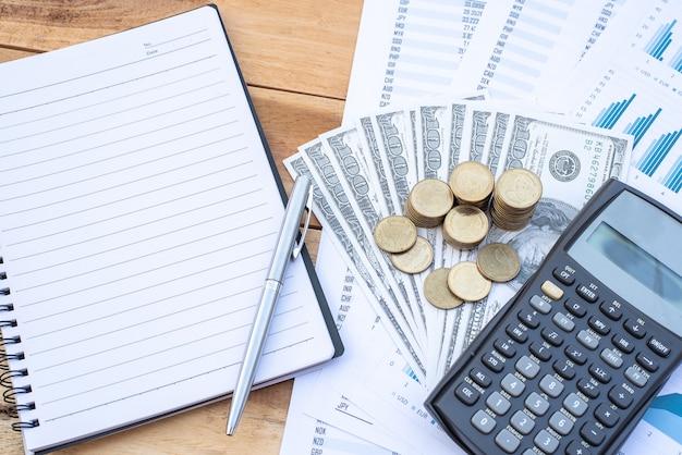 Plat leggen van stapel munten op dollar biljet, rekenmachine, notebook, pen, blauwe pastel grafiek papier op de houten tafel. business, financiën, marketing, e-commerce concept.