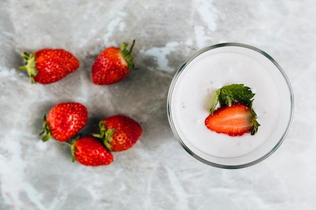 Plat leggen van stawberries op marmeren achtergrond